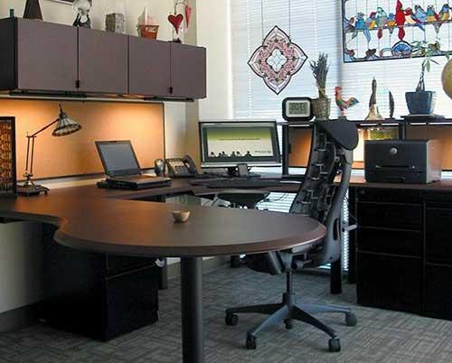 imagem do pinterest de escritorio comercial com mesa em u