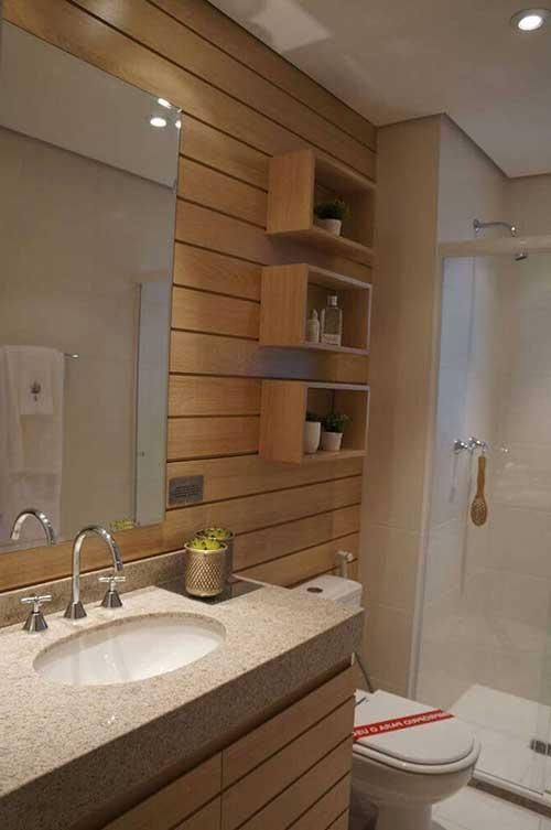foto de banheiro com painel de madeira e nichos tambem em madeira