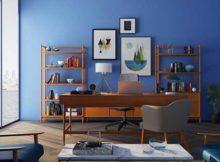 escritorio com movel de madeira e parede azul