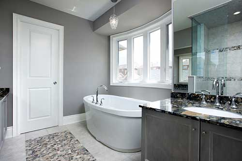 foto do pinterest de banheiro com parede cinza e armario cinza e preto