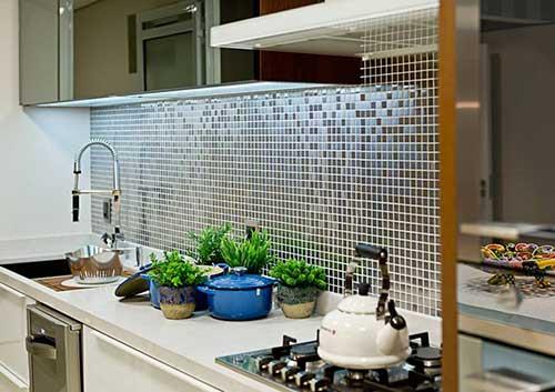 parede da cozinha americana pequena com mosaico de pastilhas