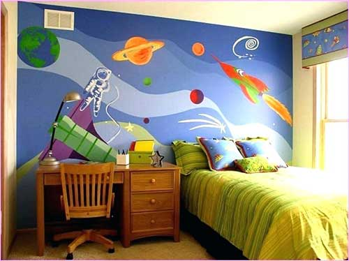foto de quarto de criança com parede pintada no tema galaxia