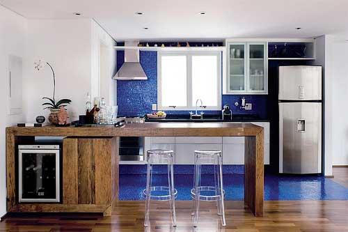 foto de cozinha americana pequena integrada azul junto da sala