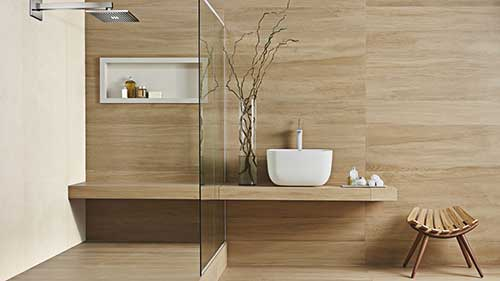 retrato de banheiro com revestimento amadeirado e nicho de parede