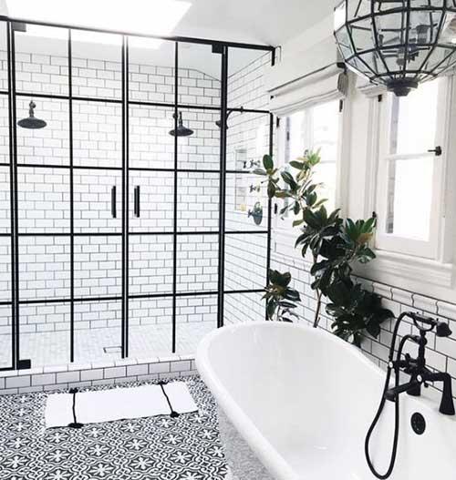 banheiro branco e preto com decoracao retro da moda