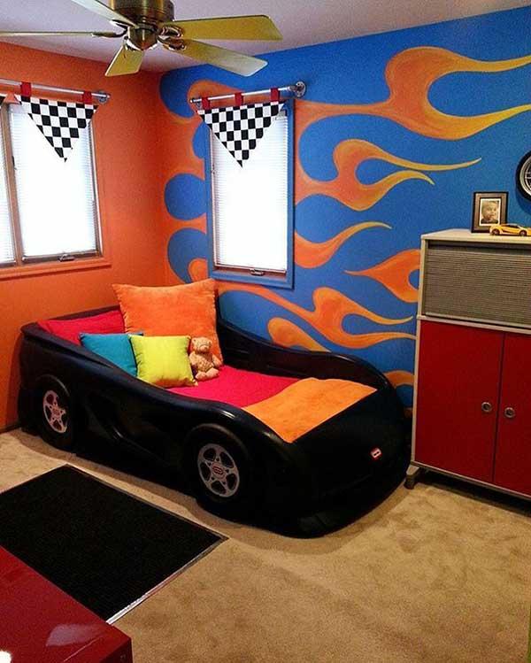 esse quarto conta com uma pintura divertida na parede, imitando carros que soltam fogo