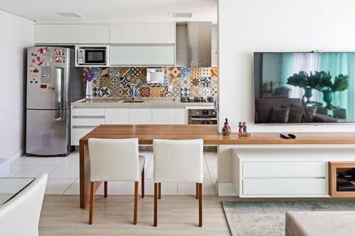 foto do pinterest de cozinha americana pequena com azulejos coloridos