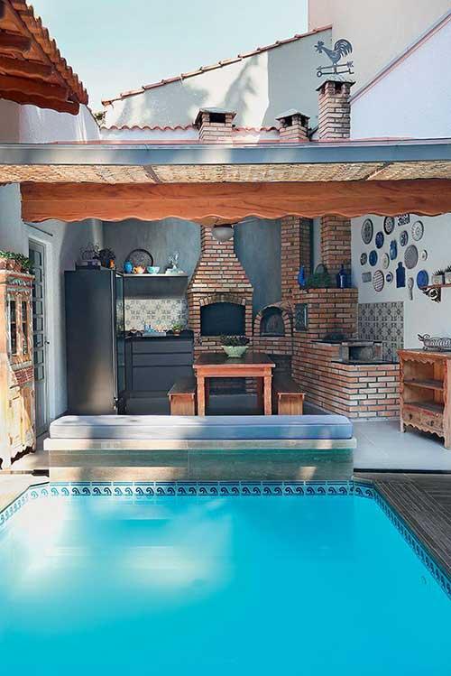 edicula pequena com piscina e churrasqueira, forno e fogao a lenha