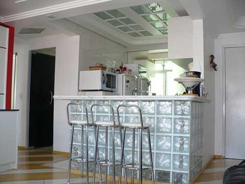 cozinha pequena com tijolos de vidro transparentes
