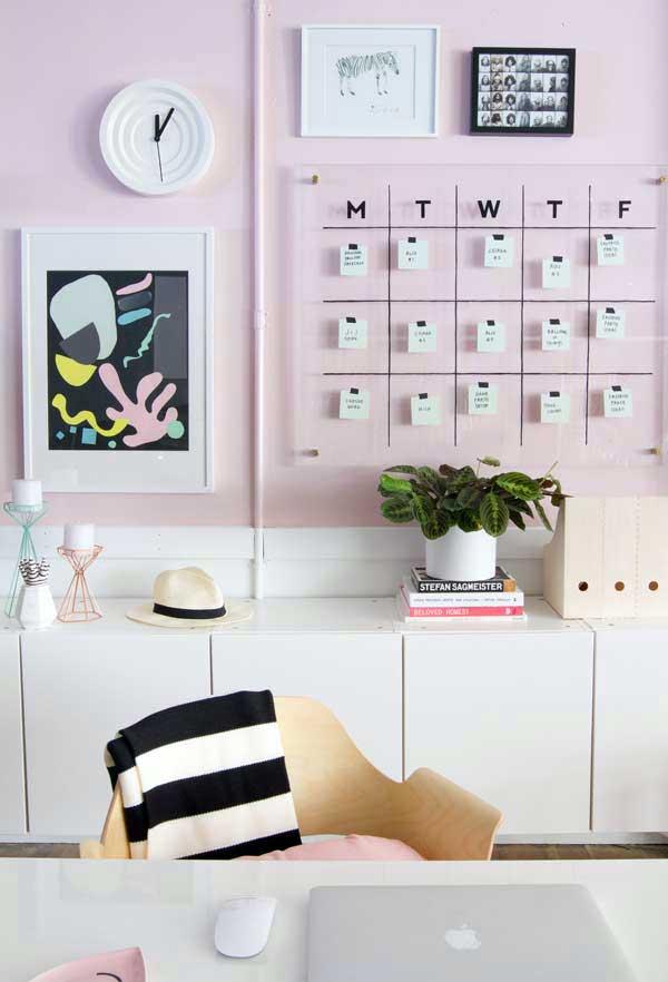 rosa e branco são ideais para um home office feminino