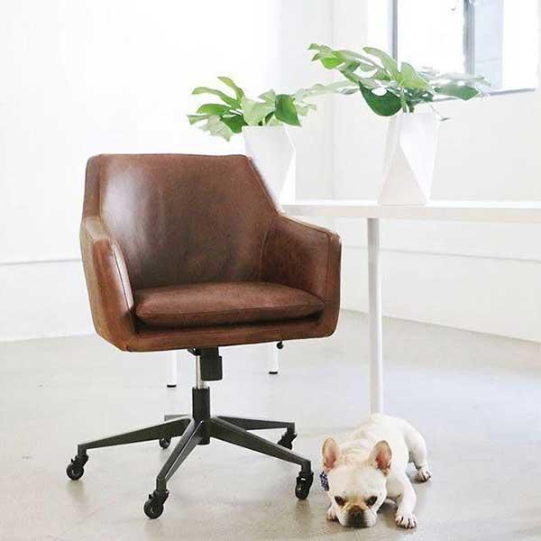 cadeira em couro de rodinhas, serve para qualquer home office
