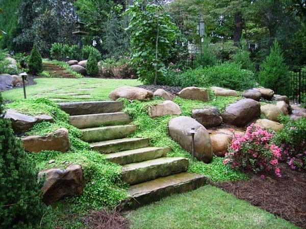 escadaria rústica cercada por pedregulhos rústicos nesse jardim externo