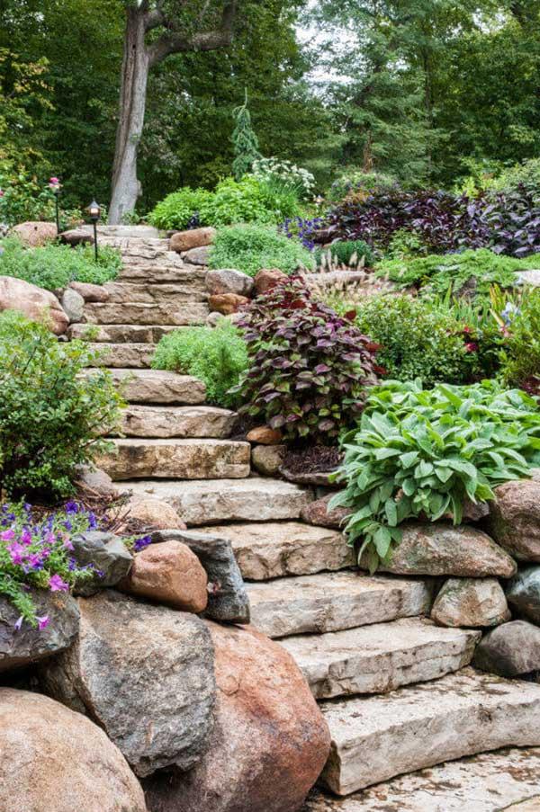 se o terreno tiver aclives, que tal fazer uma escada rústica com pedras?
