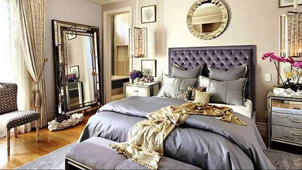 esta suíte bem clean conta um belo espelho vitoriano, que rouba a cena na decoração, especialmente por ter moldura dourada