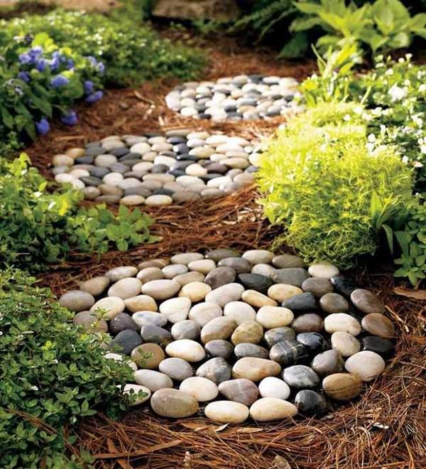 mosaico com pedras no jardim, parece até um ninho cheio de ovos de ave