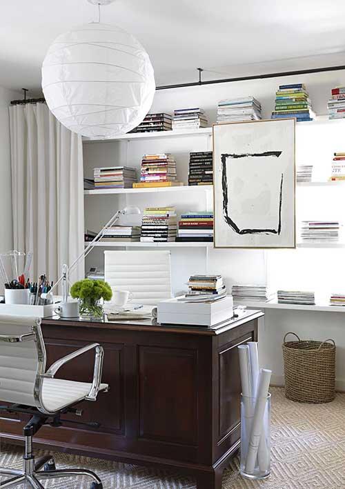 um escritório moderno com um toque rústico na mesa, provavelmente um móvel com valor afetivo