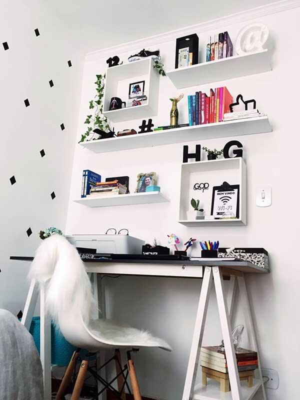 modelo pequeno para quarto, com decoração simples, prateleiras e nichos