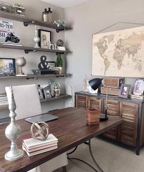 estilo rústico, com mobília em madeira e tons terrosos
