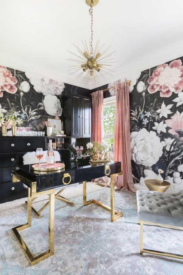esse escritório feminino ficou lindo com o papel de parede floral e as cortinas rosas - e lá está a janela ampla, trazendo muita luz natural