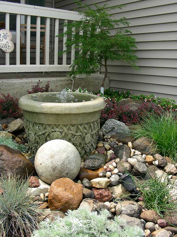 usar vários tipos de pedra deixa o jardim com uma aparência mais natural