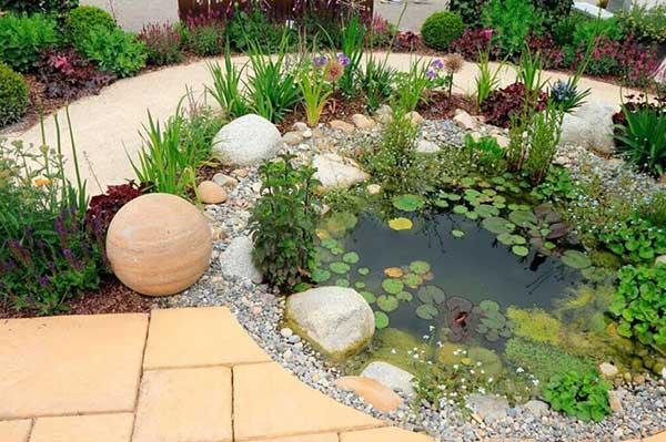 mais um jardim com lago pequeno enfeitado com pedregulhos e britas, uma das minhas ideias favoritas