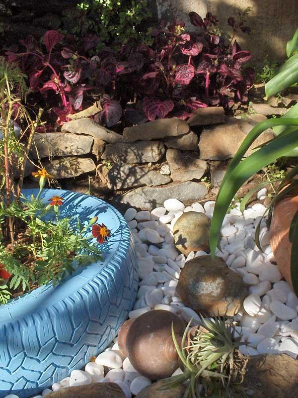 jardim com pneus e pedras fácil de organizar