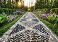 para inspirar, um lindo caminho de pedras num jardim grande e externo
