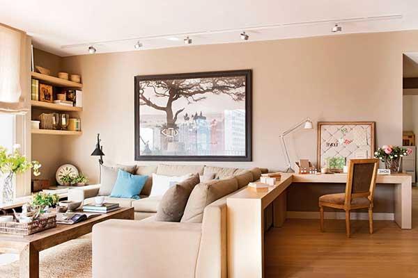 a importância planejar é a possibilidade de se conseguir espaços bem funcionais, como o dessa sala de estar integrada ao home office