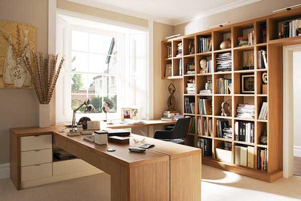 escritório em casa com decoração neutra toda planejada em madeira