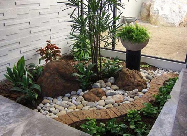as pedras de diferentes tamanhos e formatos criam um contraste legal