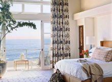 a decoração rústica aliada à vista para o mar criam o quarto de praia perfeito