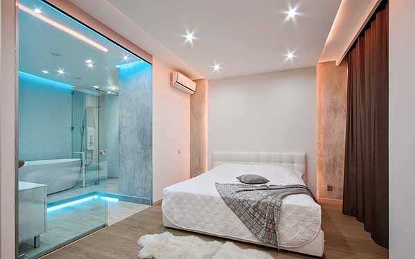 essa é uma suíte que tem luzes LED no banheiro, para quem gosta de decorações mais ousadas