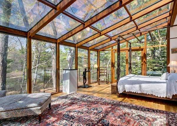 essa suíte rústica e luxuosa desenvolvida por arquiteto famoso tem paredes e teto em vidro e madeira