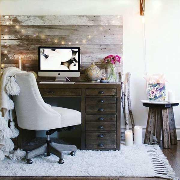 neste home office tumblr, o destaque fica para o painel em madeira, que deu um charme a mais na decoração e combinou com o móvel para PC