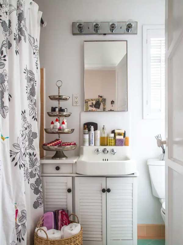 uma cortina charmosa e uma iluminação especial podem mudar a aparência do banheiro