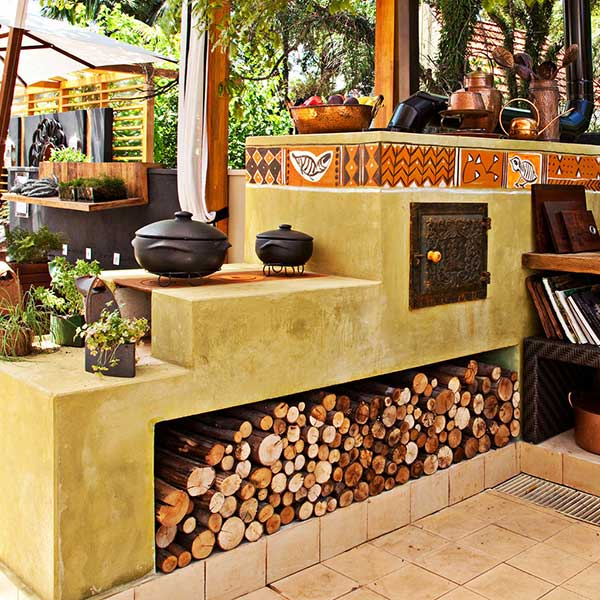 quando planejar o fogão a lenha, principalmente em cozinhas externas, é uma boa ideia já lembrar do espaço para armazenar a madeira