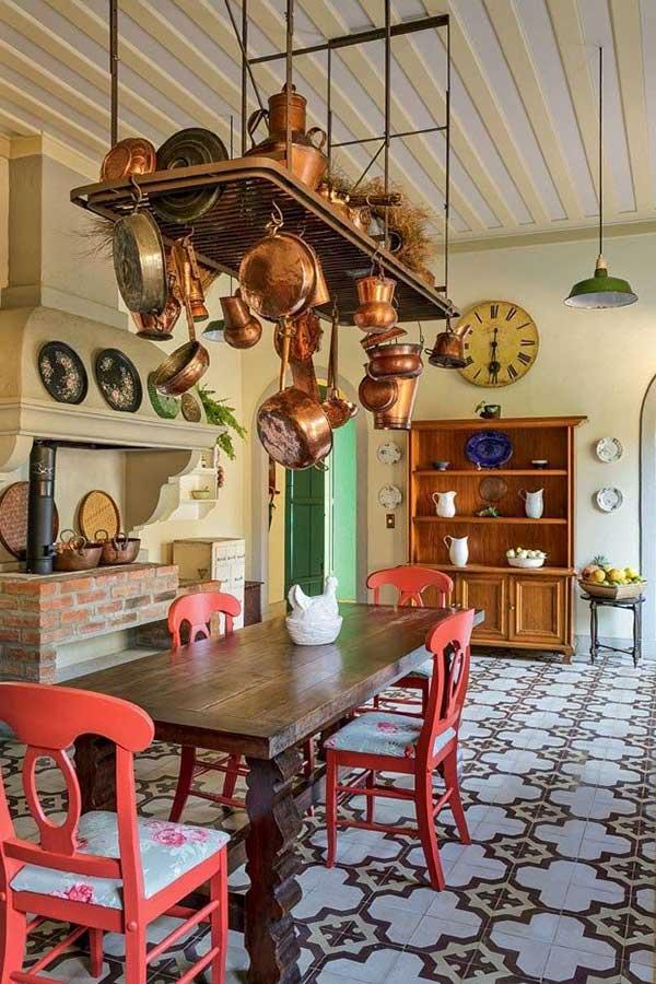 cozinha do lado de fora colorida com piso retro e fogão a lenha de tijolos