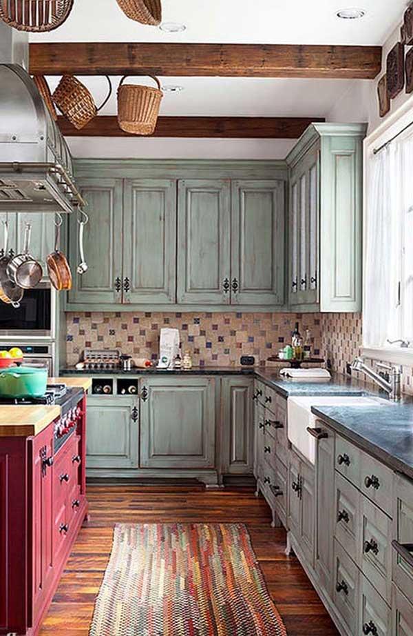 pendurar as panelas de ferro é uma dica bem legal, que traz praticidade e beleza pra cozinha