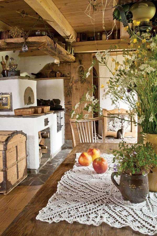 espaço bem rústico contando com forno a lenha, paredes em alvenaria e teto em madeira, além, é claro, de muitas plantas