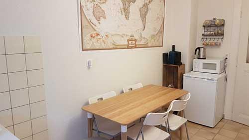 cozinha pequena de casa alugada com decoração amistosa