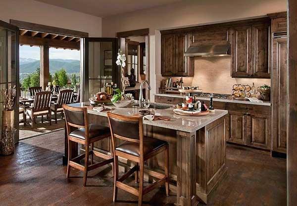 com ilha, piso e armários em madeira, contando com uma bela vista para o campo