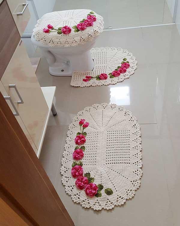 um jogo de tapetes em crochê dá delicadeza ao banheiro