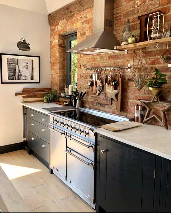 outra característica desse revestimento é que eles podem transformar o ambiente - esta cozinha aberta mesmo, toda planejada com itens modernos, ficou super diferenciada com a parede em tijolos