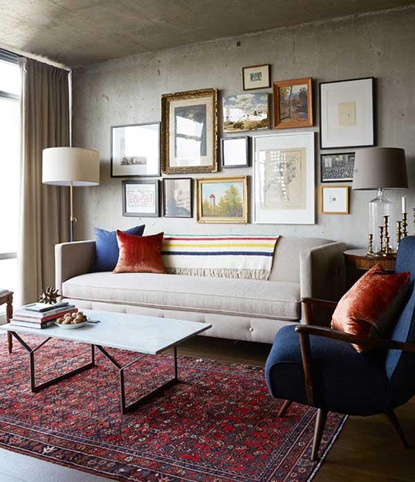 nesse espaço, as paredes brutas ganham delicadeza e cor também com quadros