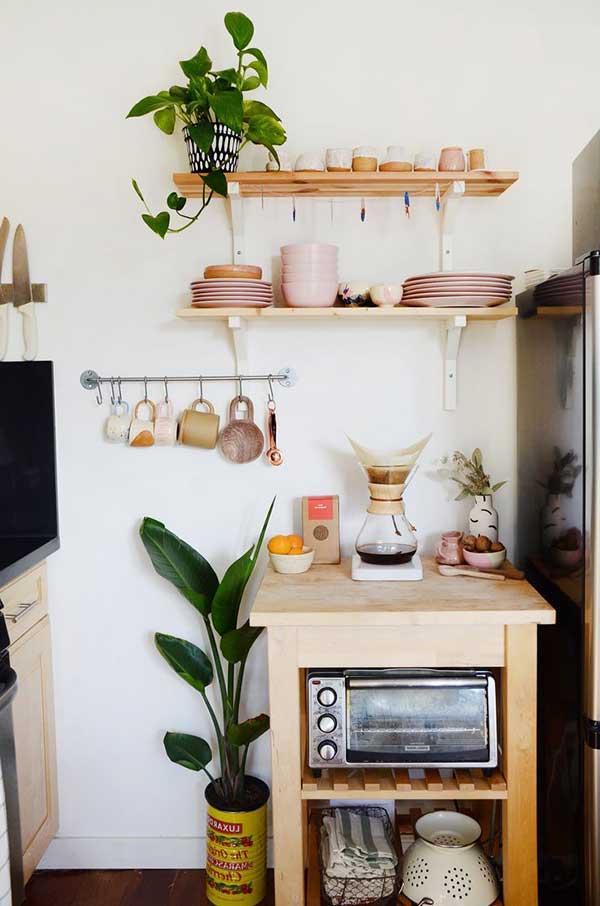 móveis pequenos e prateleiras são boas opções para dar praticidade à cozinha