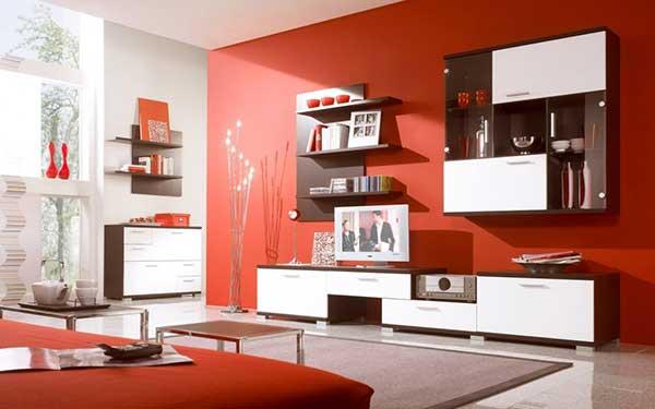 a mobília branca com detalhes em marrom combinou com o piso e com a parede e sofá vermelhos nesse projeto