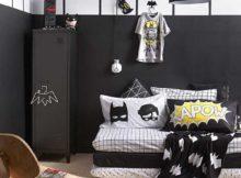 este quarto, embora conte com paredes pretas, não ficou com a decoração pesada, já que o chão é claro e uma parte da parede também