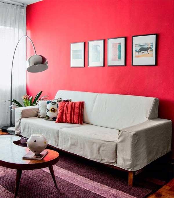 uma dica barata e fácil para mudar a cara da sua sala de estar é pintar uma parede só de vermelho