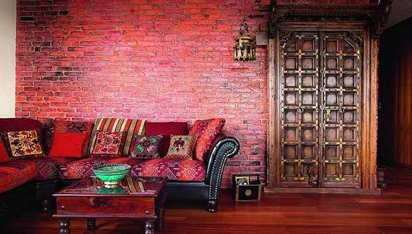 nessa sala de estar, tem-se uma decoração bem peculiar, especialmente na textura da parede e no mix de cores do sofá