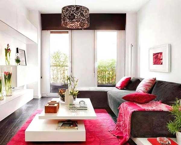uma combinação já explorada aqui e que fica boa também em salas pouco espaçosas é combinar vermelho e marrom que, como são cores um pouco escuras, associam-se bem ao branco